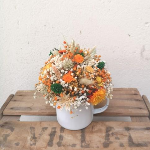 Taza con flor preservada